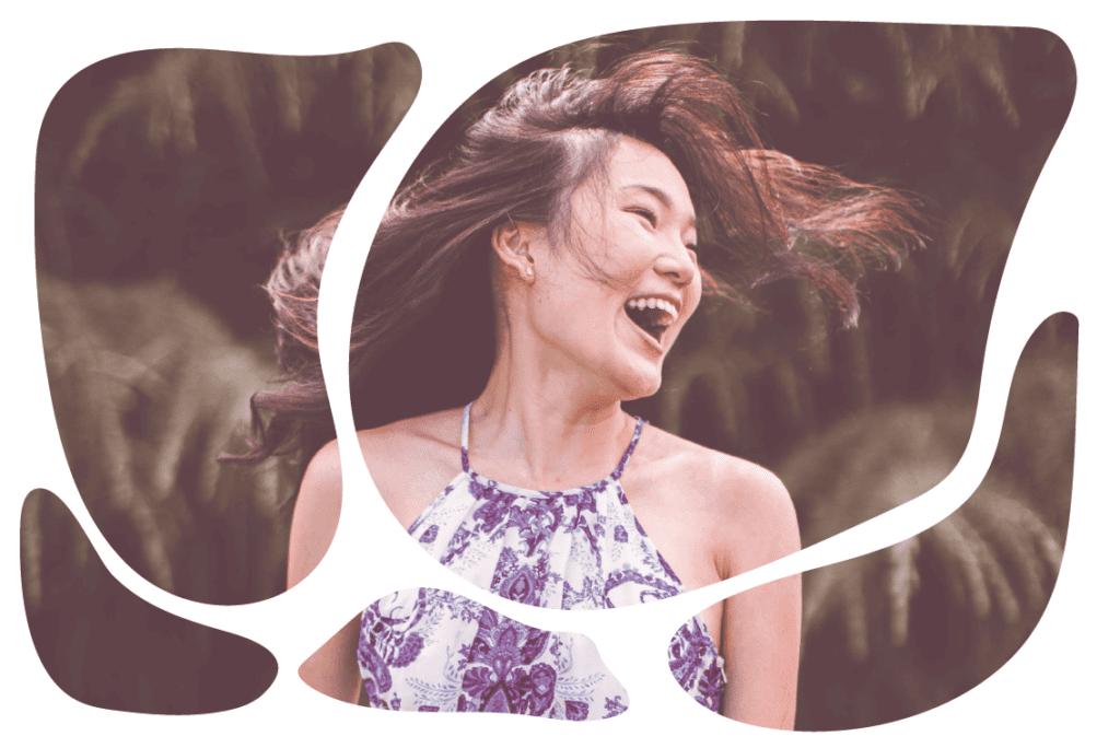 mulher sorrindo cabelos ao vento